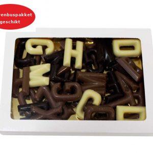 Geschenkdoosje met 200 gram Sinterklaas chocolade. Onze chocolade geschenken worden gemaakt van de aller-fijnste Belgische chocolade en is UTZ gecertificeerd.Kleine aantallen zijn ook mogelijk. Geschenkdoosje met 200 gram Sinterklaas chocolaatjes. afmeting doosje 19.5mm lang 14mm breedt 20mm hoog. Geschikt voor brievenbuspakket.