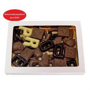 Geschenkdoosje met 225 gram mini sint en piet chocolade. Onze chocolade geschenken worden gemaakt van de aller-fijnste Belgische chocolade en is UTZ gecertificeerd.Kleine aantallen zijn ook mogelijk. Geschenkdoosje met 225 gram mini sint en piet chocolaatjes. afmeting doosje 19.5mm lang 14mm breedt 20mm hoog. Geschikt voor brievenbuspakket.